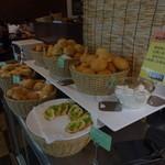 グリル&カレー カキヤス - パンコーナー。デニッシュ系のパンはありません。バターもありません。