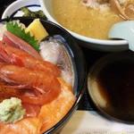 21189878 - 本日の海鮮丼1300円、+850円でバフンウニ追加、セットは味噌ラーメン