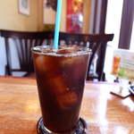 よんちょうめ - アイスコーヒーは、バカルディのモヒートグラスで提供。なかなか洒落ている
