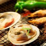 おどりや - 【魚貝の炭火焼】おすすめの魚貝を炭焼きで。 素材そのもののおいしさを最大限に味わっていただきます。 シンプルな料理だからこそ、鮮度が活きます。