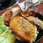 新世界 もつ鍋屋 - 骨付き若鶏のもも肉ガーリック焼き