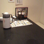 旬魚旬菜 夢花 - 冷たいお茶が入ったポットと刺身しょうゆなどが置いてあります(2013/9)