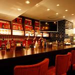 トニーローマ - 各種アルコールを取り揃えたバーカウンター
