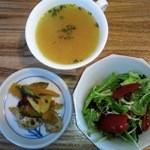 珈琲貴族 - 玉葱と人参のスープ、根菜盛り合わせ小鉢、サラダです