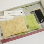 京都北野 煉屋八兵衛 - 自家製わらびもち(箱を開けるとこんな感じ、2013年8月)