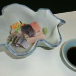 21210836 - 御造り : お家芸の海鮮です。流石の美味さ(ほっき、まぐろ、ぶり、さんま、ひらめ)