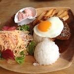 リキ リキ デリ - 本日のブランチ☆ロコモコプレート☆ハンバーグがとっても肉々しく、たっぷりサラダとダブルポテトでボリューム満点で¥1200-( ´ ▽ ` )ノ