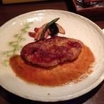spoon - 岩中豚ステーキ 大きな皿にポツンとちょっと寂しい