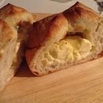 はっくるべりー - クリームチーズ入りのパンをパカッ