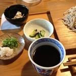 すさかべ庵 - すさかべ庵のつゆと試食の惣菜(13.06)