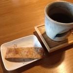 すさかべ庵 - すさかべ庵のお茶と蕎麦揚げたもの(13.06)