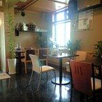 cafe' 喜庵 - 外観のイメージと違い意外と開放感のあるテーブル席。イベント用の照明がさりげなく存在してます。