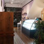 パティスリー ラ・グリシーヌ - 落ち着いた雰囲気の店内。イートインスペースは4席です。