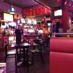 ブルームーン・カフェ - 古き良き時代のアメリカ オールディーズが似合う店内 ビールも、たくさんの種類があって、選ぶのに迷ってしまう とりあえず、ハイネケンを飲みました(^_^)
