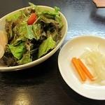 オニオンS - 鶏ハム付きのサラダとピクルス
