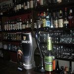 バレル - 100種類を超えるウイスキーとリキュールがあなたを至福の時へ誘います。