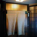 寺田屋 - お店の入口です。暖簾はシンプルな無地タイプですね。さあ、入店しましょう。