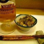 寺田屋 - 突き出しだけでビールがドンドン無くなっていきます。お箸と箸置きがお洒落ですね。