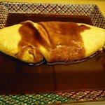 寺田屋 - オムレツ自家製デミグラソースです。お皿がお洒落ですよね。