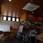 マガタマダイニング - 天井も床も木材。