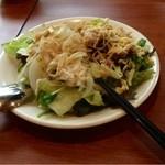 21233435 - ハンバーグまでサラダをたくさん食べます