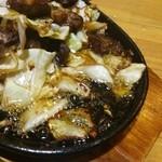 びっくり焼き亭 - この日のびっくり焼きはかなりの油ギッシュ。 作り手により油の量、味の濃さが代わります。(2013年9月)