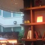 Terassa - お店の一角には雰囲気作りに本棚が設置されています