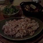 ハティフナット アジアの扉 - 鶏と野菜のオーブン焼きが載ったお盆