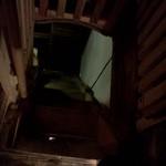 ハティフナット アジアの扉 - 8段しかない階段を見下ろします
