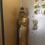 チャイヨー - ・入り口にある光る仏像