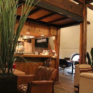 渋谷駅3分★木とアンティークで造られた隠れ家ダイニングカフェ