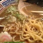 支那そば 三三五 - 太麺はもちもちして濃厚スープに絡みます