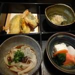 和菜蔵 椿屋 - 松華堂弁当の2段目(天ぷら)