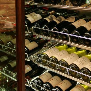 100種以上取り揃えた世界のワイン。ペアリングもございます。