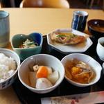 カフェ ちゃか - 料理写真:日替り定食全景(魚料理、サラダ含めて小鉢4品、お味噌汁、漬物)