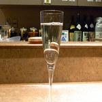 築山 - 2杯目は日本酒「高清水」 常温を女性用のフルートグラスで♪