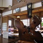 神宮亭  - 自然っぽい木のオブジェの向こうに御座敷