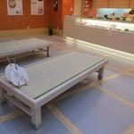 納屋橋饅頭万松庵 - 店内はこんなシートとテーブル席が1つあります