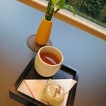 納屋橋饅頭万松庵 - テーブル席で納屋橋饅頭セット150円をいただきます