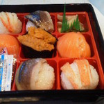 21261868 - 130908北海道 株式会社すず花 てまり寿司(真ん中はウニで)