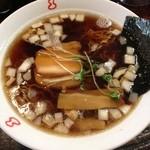 竹岡らーめん 梅乃家 - 流れでハシゴらー!  焼豚煮汁ラーメン、そのまんまの味。  生タマネギ含めて、甘味が強いなあ
