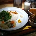 Curry まはから - ハーフ&ハーフ(1,300円)辛口ビーフカレーとキーマカレー、パクチー(100円)