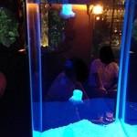 NEO SHOT BAR 深海の洞窟 - 水槽の中には癒しのクラゲがフワフワと。。。