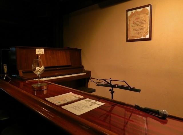 491house - 料金はチップ制です。ピアノの横にチップを入れるグラスがありました
