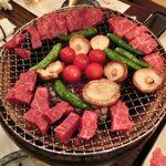あぶりや儀七 - 佐賀牛焼いている所(マリヤちゃんからの一言肉は回りで焼くこと中央で焼くと煙が出ます。モクモクと出ました気を付けてください。)