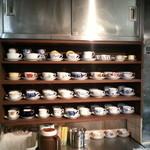 21272882 - 厨房の棚の中に充実の大倉陶園のカップ