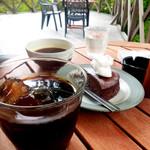 カフェ 崖の上 - テラスにて アイスコーヒー ガトーショコラ