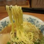 八角軒 神戸駅前店 - 中華そば(鶏がら醤油) 麺を持ち上げてみると…、こんな感じ