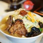 麺処 まるよし商店 - 赤玉たんめん(赤玉4分の1、麺半分)+野菜増し+チャーシュー