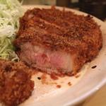 丸一 - 極上ロースかつ (定食) 中の肉はピンク色